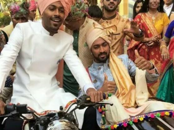 ٹیم انڈیا کے آل راونڈر کھلاڑی ہاردک پانڈی اپنے بھائی کو بلیٹ پر لے کر شادی کی جگہ پر پہنچے ۔ ہاردک بلیٹ ڈرائیو کررہے تھے تو کنار بلیٹ کے ساتھ جڑے بگی میں بیٹھے تھے۔