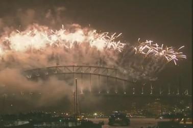 ہندوستان سمیت دنیا کے مختلف ممالک میں 2017 کا سورج اپنی تمام تلخ و شیریں یادوں کے ساتھ غروب ہوگیا ہے ، جب کہ نیوزی لینڈ اور آسٹریلیا میں سال نو 2018 کا آغاز ہوگیا ہے۔ اس موقع پر بڑی تعداد میں شہری سڑکوں پر نکل آئے اور جشن مناکر نئے سال کا استقبال کیا۔