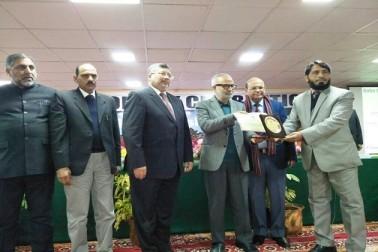 ڈاکٹر شمس کمال انجم کو بابا غلام شاہ بادشاہ یونیورسٹی کا ممتاز محقق ایوارڈ