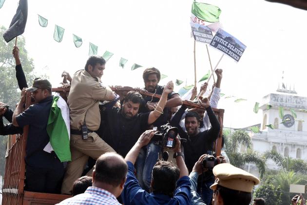حیدرآباد میں درس گاہ جہاد شہادت سے وابستہ کارکنان احتجاج کرتے ہوئے ۔
