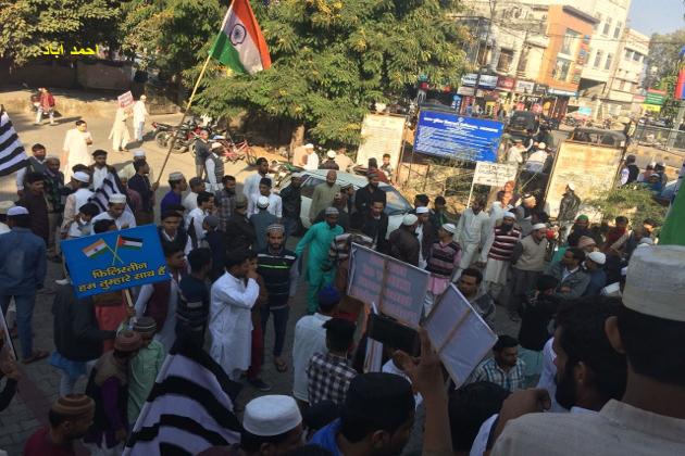 جمعیۃ علماء ہند کے جنرل سکریٹری مولانا محمود مدنی کی آواز پر دہلی ، ممبئی ، پونے ، کلکتہ ، گوہاٹی ، اگرتلہ ، پٹنہ ، رانچی، بنارس ، کانپور، مظفرنگر، دہرادون، گیا ، حیدر آباد، احمد آباد، پٹن ، سورت ، بنگلور، چینئی سمیت مختلف مقامات پر لاکھوں مظاہرین الگ الگ قسم کے نعروں پر مشتمل پلے کارڈ اٹھائے ہوئے سڑک پر نکل پڑے اور پرامن طریقے سے اس فیصلے کے خلاف مظاہرہ منعقد کیا ۔
