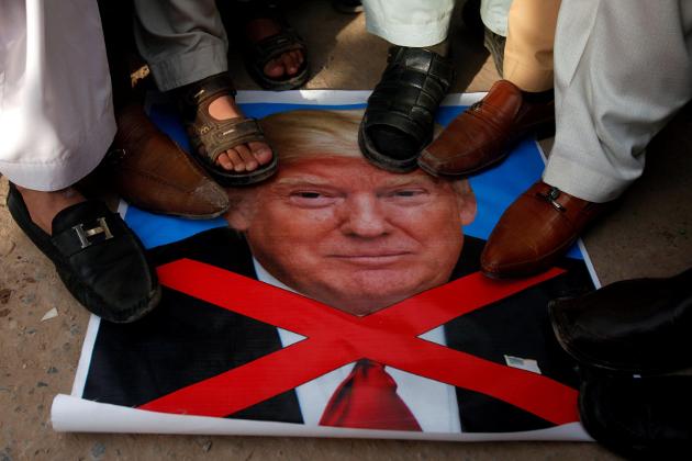ملیشیا میں سب سے بڑا جلوس کولالمپور میں نکالا گیا۔ مظاہرین نے ہاتھوں میں فلسطینی پرچم، ٹرمپ کی تصاویر اور القدس کی حمایت پر مبنی نعروں پر مشتمل بینرز اور کتبے اٹھا رکھے تھے۔ احتجاجی مظاہروں میں ملیشیا کے وزراء اور حکمراں جماعت کےسینئر بھی شریک تھے۔