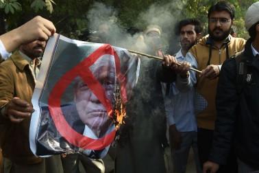 دنیائے اسلام میں ہونے والے مظاہروں میں شریک کروڑوں مسلمانوں نے امریکی صدر ڈونلڈ ٹرمپ کے القدس کے بارے میں فیصلے کو مسترد کردیا۔