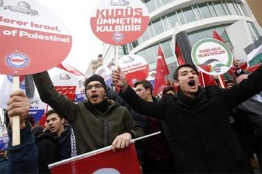 اس کے علاوہ ترکی کے کئی شہروں میں القدس کے ساتھ اظہار یکجہتی کے لیے جلوس نکالے گئے۔
