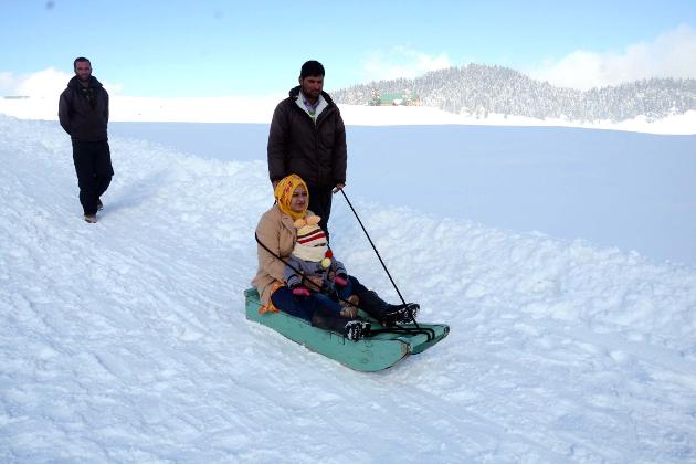 شمالی کشمیر واقع شہرہ آفاق سیاحتی مقام گلمرگ جہاں برفیلی ڈھلانوں پر پہلے سے ہی دو سے چار فٹ برف جمع ہے، میں گذشتہ چوبیس گھنٹوں کے دوران مزید برف باری ہوئی ہے۔