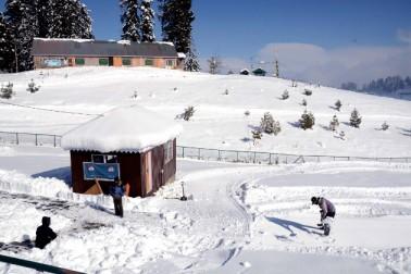 وادی کشمیر کے بالائی علاقوں بشمول شہرہ آفاق سیاحتی مقام گلمرگ میں برف باری کا نیا سلسلہ شروع ہوگیا ہے۔ دریں اثنا دارالحکومت سری نگر سمیت وادی کے بیشتر میدانی علاقوں میں گذشتہ رات ہلکی بارش ہوئی۔ تاہم مطلع ابرآلود رہنے کے باعث شبانہ درجہ حرارت میں بہتری جبکہ دن کے درجہ حرارت میں گراوٹ درج کی گئی ہے۔ وادی میں بدھ کو دن بھر مطلع ابرآلود رہا۔