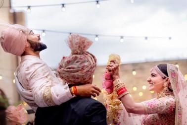 ہندوستانی کرکٹ کپتان وراٹ کوہلی اور فلم اداکارہ انوشکا شرما شادی کے بندھن میں بندھ گئے ہیں۔ فلمی ویب سائٹ فلم فیئر کی رپورٹ کے مطابق وراٹ اور انوشکا نے پیر کے روز اٹلی کے ملان شہر میں شادی کی۔ گزشتہ چند دنوں سے میڈیا میں جاری قیاس آرائیوں کو ختم کرتے ہوئے انوشکا شرما نے اپنے ٹوئیٹر اکاؤنٹ پر ویراٹ کوہلی کے ساتھ اپنی شادی کی ایک تصویر بھی شیئرکی ہے۔
