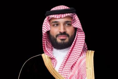 سعودی عرب میں جب سے محمد بن سلمان کے ہاتھوں میں اقتدار آئی ہے ، مسلسل اصلاحاتی اقدامات کئے جارہے ہیں ۔ ان اصلاحاتی اقدامات میں خواتین کو خاص جگہ دی جارہی ہے ۔ صرف 2018 میں ہی خواتین کو لے کر کئی بڑے اور اہم اقدامات اٹھائے گئے ہیں ۔ خواتین کو مردوں کے مساوی حقوق دینے کے حوالے سے جہاں عائلی قانون میں ترمیم کی گئی ہے وہیںکاروبار میں بھی مرد سے اجازت کی شرط ختم کردی گئی ہے ۔ ان اصلاحاتی اقدامات کی وجہ سے جہاں ایک طرف محمد بن سلمان کی چوطرفہ ستائش کی جارہی ہے ، وہیں وہ ناقدین کے نشانے پر بھی ہیں ۔ آئیے ہم آپ کو بتاتے ہیں 2018 میں خواتین سے متعلق ہوئے کچھ اہم فیصلوں کے بارے میں ۔