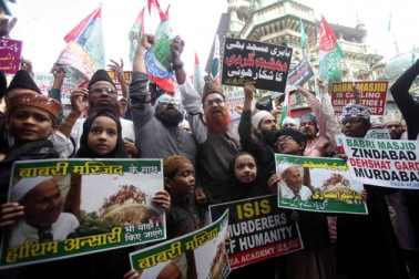 ممبئی میںمسلم تنظیموں سے وابستہ افراد احتجاج کرتے ہوئے ۔