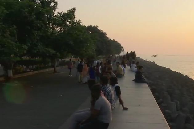 ممبئی کے میرین ڈرائیو پر 2017 کا آخری سورج دیکھنے کیلئے بڑی تعداد میں لوگ پہنچے اور انہوں نے سال کے آخری سورج کو الوداع کہا۔ ( نوٹ : ساری تصاویر اے این آئی سے لی گئی ہیں)۔