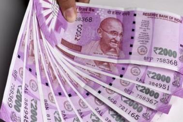 تاہم ایک طرف جہاں حکومت نے ڈیبٹ کارڈ سے دو ہزار روپے تک کی خریداری پر فیس ختم کردی ہے تو دوسری طرف این ایس سی اور پی پی ایف پر کمائی کم کردی ہے ۔ ان پر جنوری سے مارچ 2018 کی سہ ماہی میں صفر اعشاریہ دو فیصدی کی کمی کی گئی ہے۔