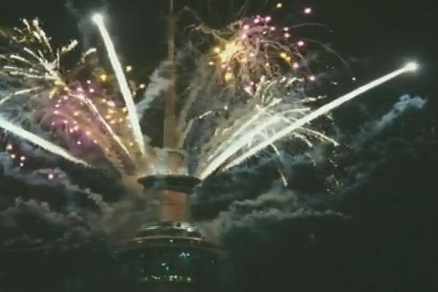 آکلینڈ شہر کے اسکائی ٹاور پر نئے سال کا آغاز الٹی گنتی سے کیا گیا اور رات کے 12 بجتے ہی آتش بازی کا شاندار مظاہرہ کیا گیا جس کے نتیجے میں آسمان رنگ و نور میں نہا گیا۔