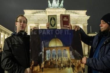 فلسطین مظاہرین جرمنی میں واقع امریکی سفارت خانے کے سامنے مسجد الاقصیٰ کی تصاویر اٹھا کر مظاہرہ کر رہے ہیں۔تصویر :ای پی اے ۔