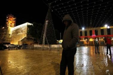 فلسطین میں رہنے والے مسیحی باشندوں نے ڈونلڈ ٹرمپ کے خلاف مغربی کنارے میں واقع ایک کرسمس ٹری کی بتیاں بجھا کر مظاہرہ کیا۔ تصویر :ای پی اے ۔