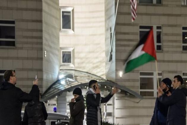 جرمنی کے شہر برلن میں واقع امریکی سفارت خانے کے باہر فلسطینیوں نے صدر ڈونلڈ ٹرمپ کے خلاف مظاہرہ کیا۔تصویر :ای پی اے ۔
