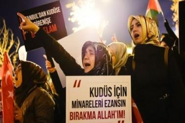ترکی کے شہر استنبول میں واقع فتح مسجد کے باہر خواتین امریکہ اور اسرائیل کے خلاف مظاہرے میں شریک ہیں۔