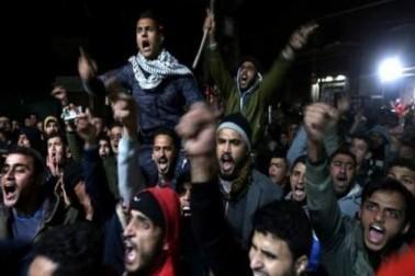 امریکہ کے صدر ڈونالڈ ٹرمپ کی جانب سے یروشلم کو اسرائیل کا دارالحکومت تسلیم کرنے کے اعلان کے بعد جہاںبین الاقوامی سطح پر اس کی مذمت کا سلسلہ جاری ہے، وہیں دنیا کے متعدد ممالک میں ہزاروں افراد سڑکوں پر بھی اتر آئےہیں اور اس فیصلہ کے خلاف احتجاج کررہے ہیں ۔ فلسطین کے غزہ پٹی ، غرب اردن ، جرمنی اور ترکی میں ہزاروں افراد نے احتجاج کیا ۔