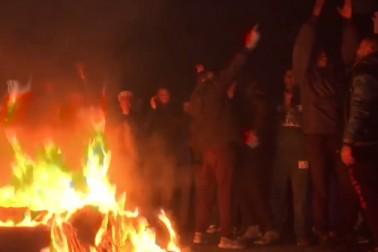 فلسطین میں امریکہ کے فیصلہ کے خلاف احتجاج کرتے ہوئے لوگ