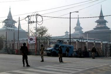 کشمیر انتظامیہ نے احتجاج کے دوران پرتشدد احتجاجی مظاہروں کے خدشے کے پیش نظر پائین شہر کے تین پولیس تھانوں کے تحت آنے والے علاقوں میں جمعہ کی صبح ہی سخت ترین پابندیاں نافذ کیں۔