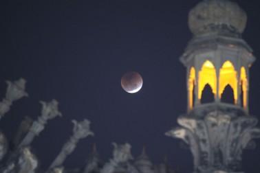 اترپردیش کے لکھنو کے میں کچھ اس طرح چاند گرہن نظر آیا ۔ تصویر : یو این آئی ۔