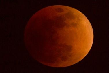 چین میں چاند گرہن کا منظر ۔ فوٹو اے پی۔