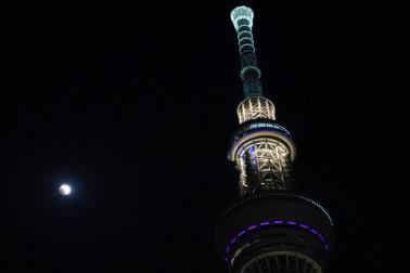 جاپان میں چاند گرہن کا نظارہ ۔ فوٹو : اے پی