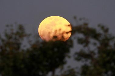 میانمار میں چاند گرہن کا نظارہ ۔ فوٹو : اے پی