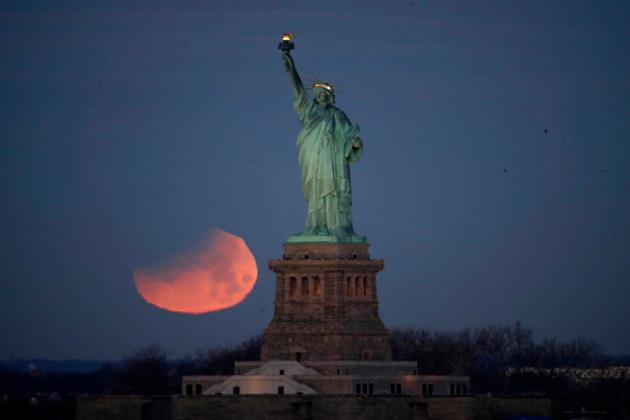 نیویارک میں چاند گرہن کا نظارہ ۔ فوٹو : اے پی