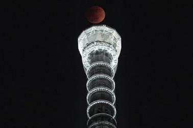ٹوکیو میں چاند گرہن کا نظارہ ۔ فوٹو : اے پی