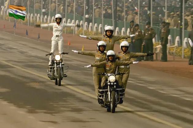 انہوں نے توازن، بہادری اور حیرت انگیز کرتب کا مظاہرہ کرتے ہوئے موٹر سائیکل پر خود اعتمادی کے ساتھ کھڑ ے ہوکر صدر جمہوریہ کو سلامی دی۔