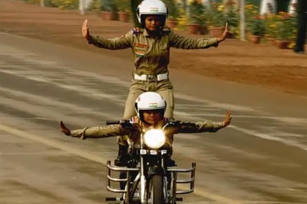 دارالحکومت دہلی میں آج انہترویں یوم جمہوریہ کے موقع پر راج پتھ پر بی ایس ایف کی خواتین موٹر سائیکل سوار دستے نے شاندار کرتب دکھاکر لوگوں کو دانتوں تلے انگلیاں دبانے پر مجبور کردیا۔