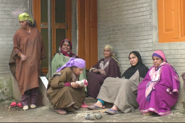 پنڈت جوڑے کی موت کے وقت جہاں مقامی آبادی نے پھر ایک بار کشمیریت اور مذہبی بھائی چارے کی مثال کو تازہ کیا، وہیں یہاں کے لوگ چاہتے ہیں کہ یہ کمسن بچے اپنے ہی گھر میں اپنے ہی لوگوں کے بیچ رہے۔