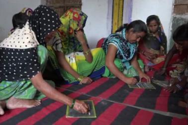 اپنے گھریلو کام کے بعد اب یہاں کی خواتین ہر دوپہر قلم اورتختی تھام لیتی ہیں اوراپنے ہاتھوں سے اپنی تقدیر لکھ رہی ہیں، جنہیں پانچ سال کی عمرمیں تعلیم حاصل کرنا تھا ، وہ چالیس کی عمر میں تعلیم کے لیے بیدار ہو رہی ہیں۔