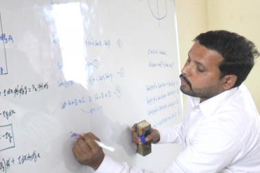 پڑے گاؤں میں واقع سروش اسکول کی عمارت میں چھ مہینے پہلےشروع ہوئے طالبات کےاس سینٹر میں ملک کےمختلف شہروں سےتعلق رکھنے والی طالبات نیٹ اور آئی آئی ٹی مسابقتی امتحانات کی تیاری کر رہی ہیں۔
