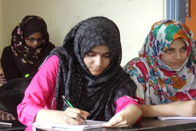 ان طالبات میں آسام سے پہنچی دوطالبات بھی شامل ہیں، جو معاشی اعتبار سے انتہائی پسماندہ ہیں۔ یہی نہیںوہ ہندی سے بھی پوری طرح واقف نہیں ہیں ، لیکن ان کےعزائم بلند ہیں۔