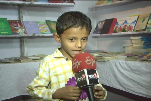 کمسن بچے بھی میلےکی خوب سیرکرتے ہوئے نظر آئے اور انہوں نے بھی ڈھیر ساری کتابیں خریدیں۔