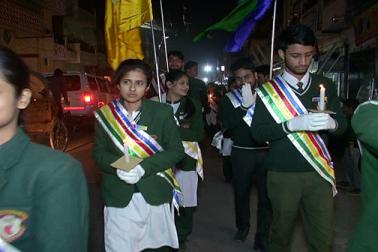مذہبی منافرت اور تشدد کےخلاف نکلنے والے اس جلوس میں مسلم تنظیموں کےعلاوہ بڑی تعداد میں اسکولی بچوں اورخواتین نے بھی شرکت کی ۔