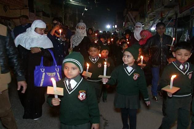 کاس گنج فرقہ وارانہ تشدد کےخلاف امن پسند تنظیمیں اب سڑکوں پرآنےلگی ہیں۔ ریاست میں قومی اتحاد اور فرقہ وارانہ ہم آہنگی کے جذبہ کو قائم رکھنے کے لئے مسلم تنظیموں نےعوامی بیداری کا کام شروع کردیا ہے۔ الہ آباد میں مسلم تعلیمی اداروں اور اسکولی بچوں نے تشدد اورمذہبی منافرت کےخلاف امن مارچ نکالا۔