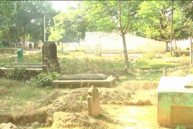 بات اگر صرف الہ آباد کی کریں ، تو یہاں کے تین بڑے قبرستانوں کالا ڈانڈا، درآباد اور چھوٹی کربلا پر بڑے پیمانے پر لینڈ مافیاؤں کا قبضہ ہو چکا ہے۔