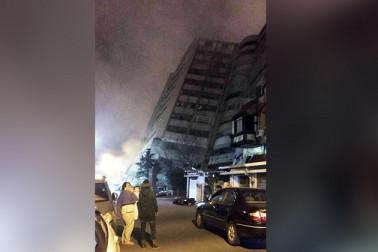 حکومت کی جانب سے جاری بیان میں کہا گیا ہے کہ کل رات تقریبا ساڑھے نو بجے آئے اس زلزلے کے بعد سے تقریبا 145 افراد لاپتہ ہیں۔ زلزلے کی وجہ سے کم از کم چار لوگوں کی موت ہوئي اور 225 دیگر زخمی ہو گئے۔