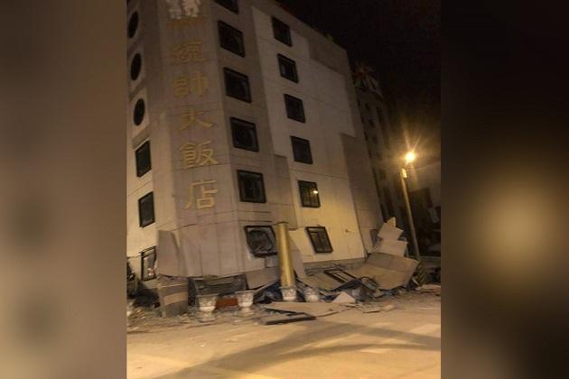 خیال کیا جا رہا ہے کہ ملبے کے نیچے بڑی تعداد میں لوگ دبے ہو سکتے ہیں۔ زلزلے میں ایک فوجی اسپتال سمیت کئی عمارتیں جھک گئی ہیں۔ زلزلے کی شدت ریکٹرا سکیل پر 6.4 ناپی گئی اور اس کا مرکز هوالين سے 22 کلومیٹر شمال مشرق میں تھا۔ حکومت کا کہنا ہے کہ اگلے دو ہفتوں میں مزید 5.0 شدت والے جھٹکے آ سکتے ہیں۔