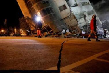 امریکی ارضیاتی سروے نے بتایا کہ زلزلے کا مرکز سطح زمین سے ایک کلو میٹر نیچے تھا۔ زلزلے کے بعد کئی اور جھٹکے محسوس کئے گئے، لیکن سونامی کی وارننگ جاری نہیں کی گئی ہے۔ واضح ر ہے کہ تائیوان میں 2016 میں آنے والے زلزلے میں سے زائد افراد ہلاک ہوئے تھے۔ فوٹو کریڈٹ، یو این آئی۔