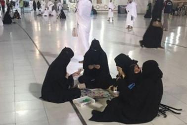 مکہ کی مسجد میں 'گیم'کھیلتی خواتین کی تصویر وائرل،سعودی عرب میں ہنگامہ