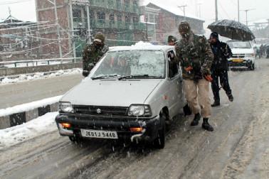 برف باری کے باعث وادی کو زمینی راستے سے بیرون دنیا سے جوڑنے والی 300 کلو میٹر طویل سری نگر۔ جموں قومی شاہراہ اور شمالی کشمیر کے درجنوں دیہات کو ضلعی ہیڈکوارٹروں سے جوڑنے والی سڑکیں گاڑیوں کی آمدورفت کے لئے بند کی گئی ہیں۔
