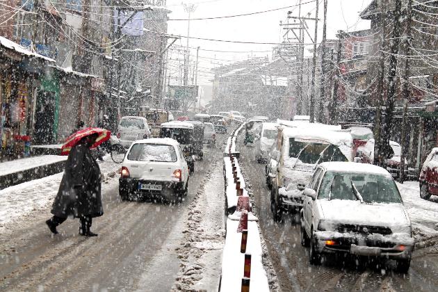 وادی کے بیشتر میدانی علاقوں میں برف باری کا سلسلہ وقفے وقفے سے جاری ہے۔ برف باری کے سبب سڑکوں پر گاڑیوں کی آمد ورفت جبکہ بجلی کی ترسیل اور ڈش ٹی وی سروس بھی متاثر ہوکر رہ گئی۔
