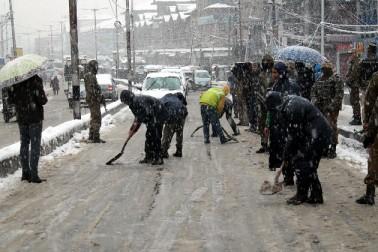 تاہم سخت سردی کے باوجود نوجوانوں اور بچوں کو موسم سرما کی اس پہلی بھاری برف باری کا مزہ لیتے ہوئے دیکھا گیا۔ نوجوانوں اور بچوں کو 'سنو مین' بنانے اور ایک دوسرے پر برف پھینکنے میں مصروف دیکھا گیا۔