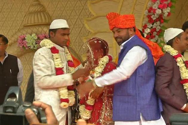 غریب لڑکیوں کی شادی کیلئے سرکار کی اجتماعی شادی اسکیم عمل میں لائی جا رہی ہے۔ اس اسکیم کے تحت میرٹھ میں بھی اجتماعی شادی تقریب کا انعقاد کیا گیا اور 85 جوڑوں کی شادی کرائی گئی ۔ اسکیم کا فائدہ حاصل کرنے والوں میں 22 مسلم جوڑے بھی شامل تھے ۔ تاہم جے مالا کی رسم میں مسلم جوڑوں کو بھی شامل کئے جانے پر نکاح تقریب میں شامل افراد اورعلما  نے شدید اعتراض کیا ہے ۔