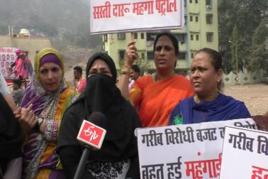 خواتین نے احتجاجاسڑک پر لکڑی کے چولھے جلا کر کھانے پکاکر اپنا انوکھا احتجاج درج کرایا۔