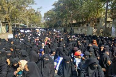 تین طلاق بل کے خلاف دو لاکھ سے زائد برقع نشیں مسلم خواتین سڑکوں پر اتریں ، شریعت میں مداخلت قرار دیا