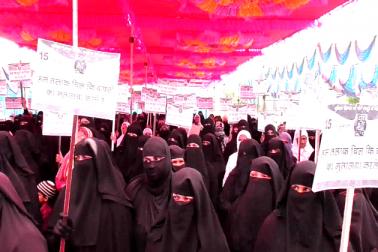 مہاراشٹر : تین طلاق بل کے خلاف لاتور میںسینکڑوں خواتین کا احتجاج ،  ضلع کلکٹر کو میمورنڈم
